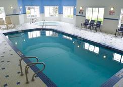 戈尔登华美达酒店 - 戈尔登 - 游泳池