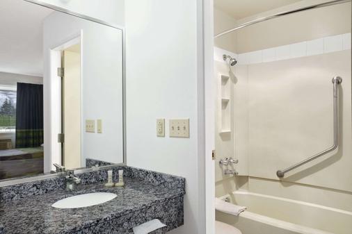 坎卢普斯东速8酒店 - 坎卢普斯 - 浴室
