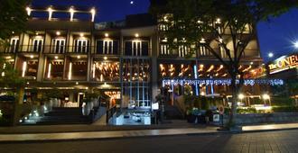 巴厘勒吉安101酒店 - 库塔 - 建筑
