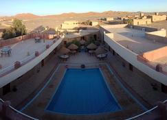 男人沙漠旅馆 - 梅尔祖卡 - 游泳池