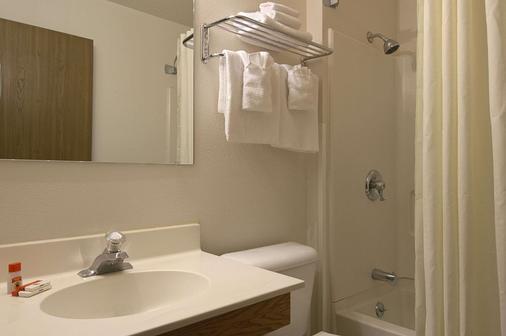 彭德尔顿温德姆速 8 酒店 - 彭德尔顿 - 浴室