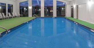 赫尔希旅程住宿酒店 - 赫尔希 - 游泳池