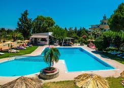 阿卡萨公寓式酒店 - 法里拉基 - 游泳池