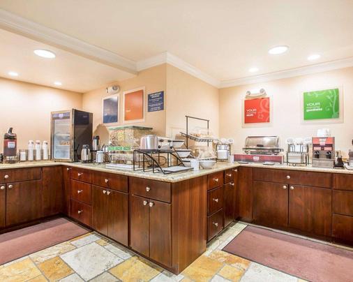 萨利纳斯康福特茵酒店及套房 - 萨利纳斯 - 自助餐