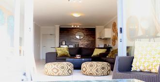 Sunlit Apartment Muizenberg Beachfront - 开普敦 - 客厅