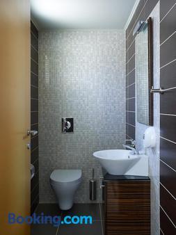 马卡利斯套房酒店及水疗中心 - 罗希姆诺 - 浴室