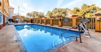 北部海洋世界品质套房酒店 - 圣安东尼奥 - 游泳池