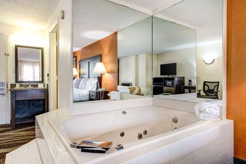 凯艺酒店-盖林柏格市区溪畔 - 加特林堡 - 浴室