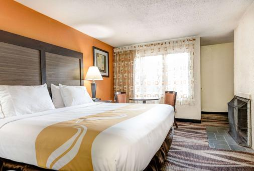 凯艺酒店-盖林柏格市区溪畔 - 加特林堡 - 睡房