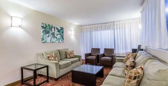 戴斯夏洛茨维尔/大学区酒店 - 夏洛茨维尔 - 客厅