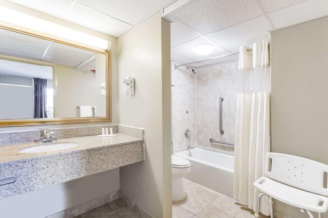 夏洛茨维尔大学区戴斯酒店 - 夏洛茨维尔 - 浴室