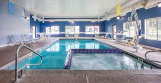 麦基诺城贝蒙特套房酒店 - 麦基诺城 - 游泳池