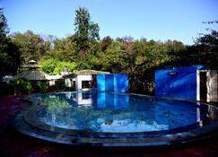 开放天空桑妮塔柯尔贝特度假屋 - Dhikuli - 游泳池