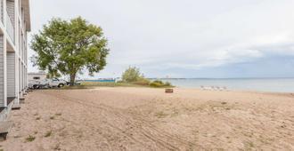 滨水华美达酒店 - 麦基诺城 - 海滩