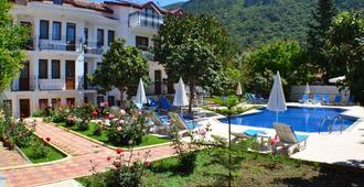 云萨尔酒店 - 厄吕代尼兹 - 游泳池