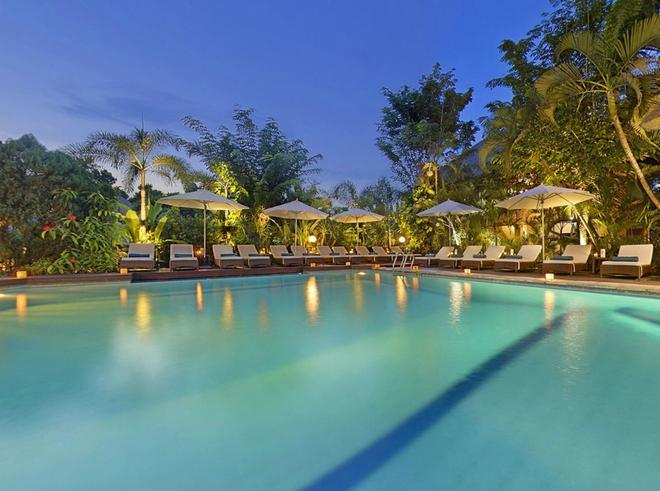 巴厘岛阿贡村酒店 - 库塔 - 游泳池
