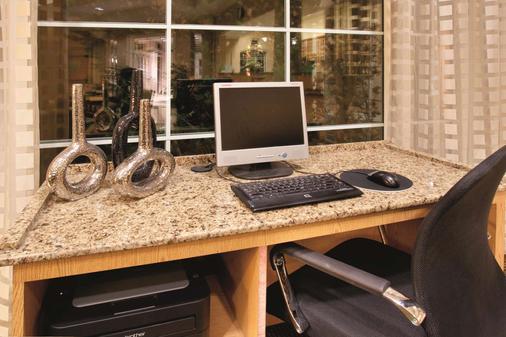 科罗拉多斯普林斯南ap拉金塔旅馆及套房酒店 - 科罗拉多斯普林斯 - 商务中心