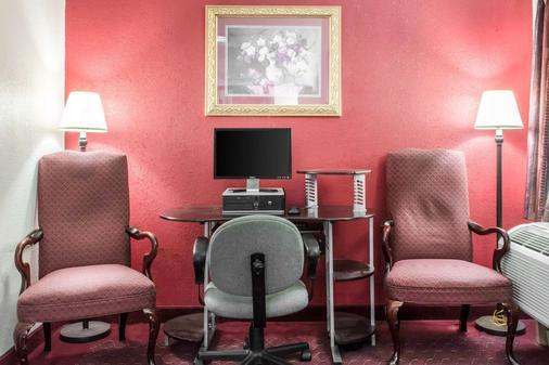 卡莱尔经济住宿酒店 - 卡莱尔 - 商务中心