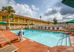 拉魁恩塔查尔斯特昂北酒店 - 北查尔斯顿 - 游泳池