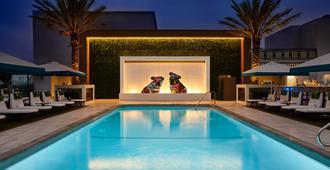 伦敦西好莱坞酒店 - 洛杉矶 - 游泳池