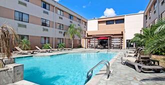 华美达休斯敦洲际机场南酒店 - 休斯顿 - 游泳池