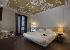 卡萨斯雷亚尔精品酒店 - 圣地亚哥-德孔波斯特拉 - 睡房