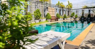 北门拉恰庭酒店 - 曼谷 - 游泳池