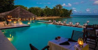 布雷卡斯海滩度假酒店 - 维拉港 - 游泳池