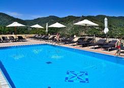 普格诺奇乌索法洛度假村酒店 - 维耶斯泰 - 游泳池