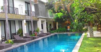 巴厘岛普里马哈拉尼精品酒店 - 登巴萨 - 游泳池