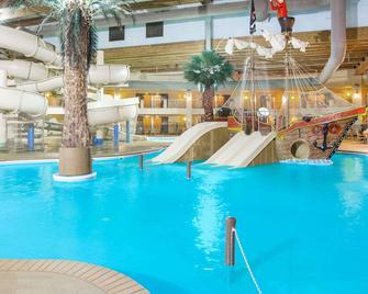 得梅因華美達熱帶度假村及會議中心 - 德梅因 - 游泳池