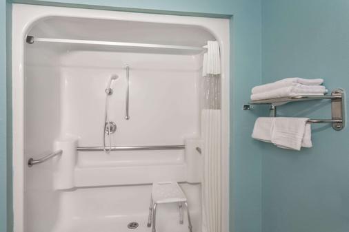 雪松城速8酒店 - 雪松城 - 浴室