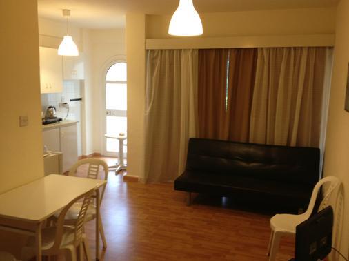 帕斯娜公寓式酒店 - 拉纳卡 - 客厅