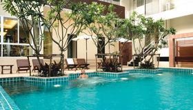 曼谷富丽萨通酒店 - 曼谷 - 游泳池