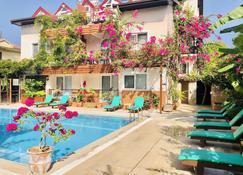 十大公寓酒店 - 费特希耶 - 游泳池