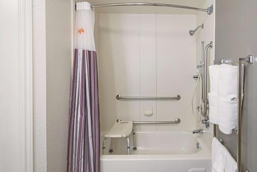 亚特兰大科尼尔斯温德姆拉昆塔酒店 - 科尼尔斯 - 浴室