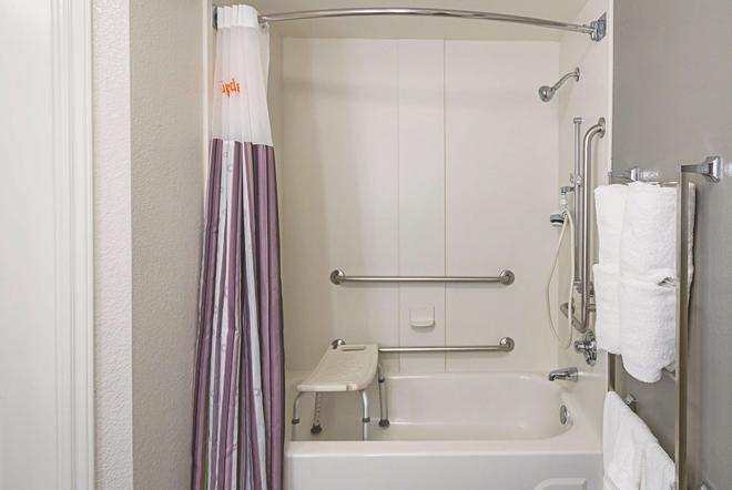 亚特兰大科尼尔斯温德姆拉昆塔套房酒店 - 科尼尔斯 - 浴室