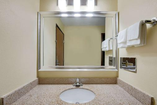 堪萨斯城速8酒店 - 堪萨斯城 - 浴室