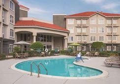 拉昆塔沃斯堡北旅馆及套房 - 沃思堡 - 游泳池