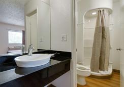 萨利纳6号汽车旅馆 - 萨莱纳 - 浴室