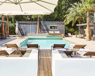 舒适别墅酒店 - 圣特罗佩 - 游泳池