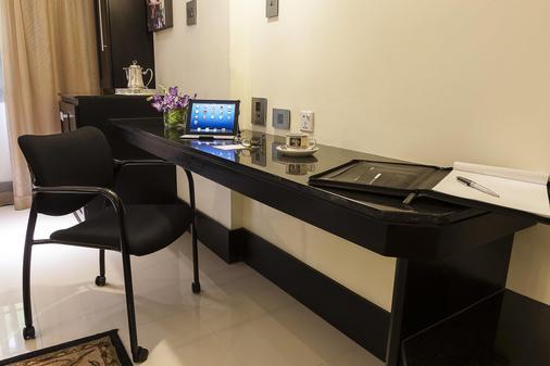 特拉诺瓦全套房酒店 - 金斯敦 - 商务中心