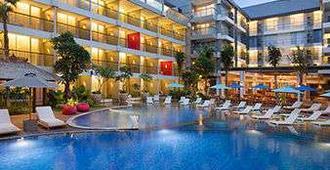巴厘岛水明漾恩柯尔温德姆华美达酒店 - 库塔 - 游泳池
