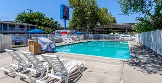 萨克拉门托市中心6汽车旅馆 - 萨克拉门托 - 游泳池