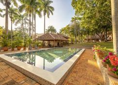 马戈之家酒店 - 乌斯马尔 - 游泳池