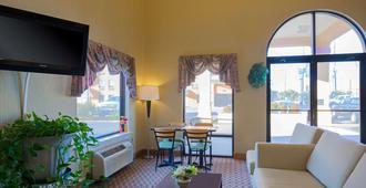 哈蒙德速8酒店 - 哈蒙德(路易斯安那州) - 客厅