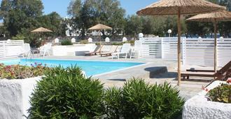 纳乌莎酒店 - 纳乌萨 - 游泳池