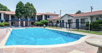 科罗拉多斯普林斯罗德威套房酒店 - 科罗拉多斯普林斯 - 游泳池