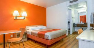 加利福尼亚科洛纳 6 号汽车旅馆 - 科罗娜 - 睡房