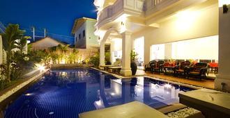 国王精品酒店 - 暹粒 - 游泳池